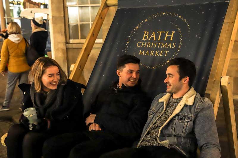 Plaza principal en el mercado de navidad de Bath