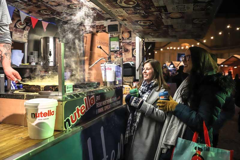 Kioscos de comida dulce en el mercado navideño de Bath en Inglaterra en Reino Unido