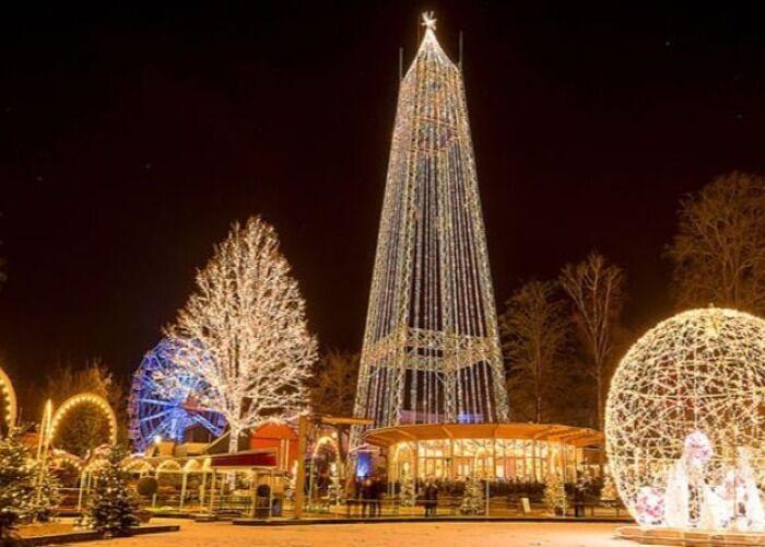 Aarhus es decorada con luces y árboles durante las fiestas decembrinas