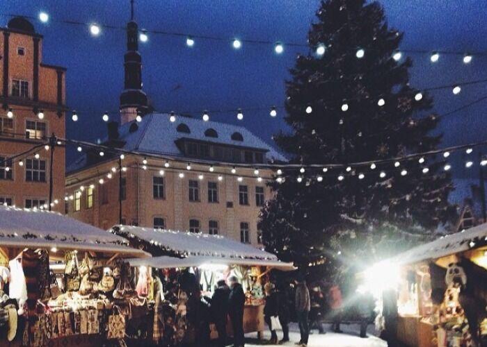 Año tras año, se instalan decenas de puestos para el Mercado Navideño de Paide