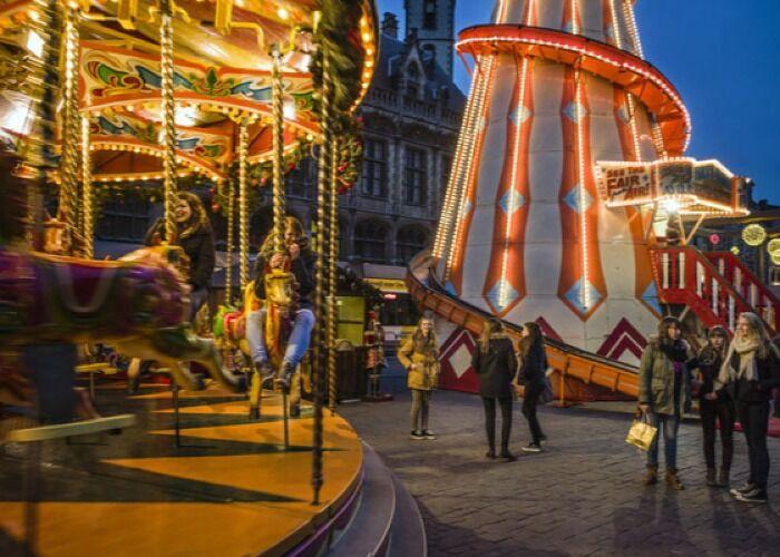 Carruseles, luces, regalos y comida son el factor común del Mercado Navideño de Gante