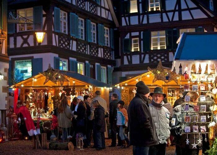 Cientos de luces decoran la ciudad en el Mercado de Navidad de Baviera