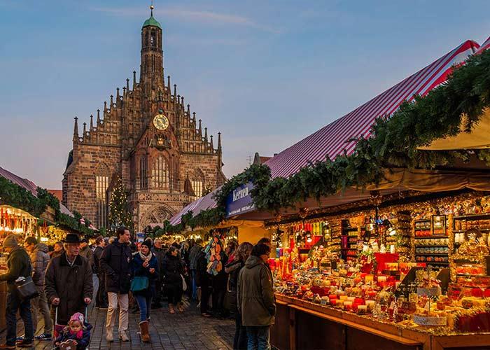 Cientos de puestos y quioscos abren sus puertas para que los residentes y turistas compren todo tipo de productos