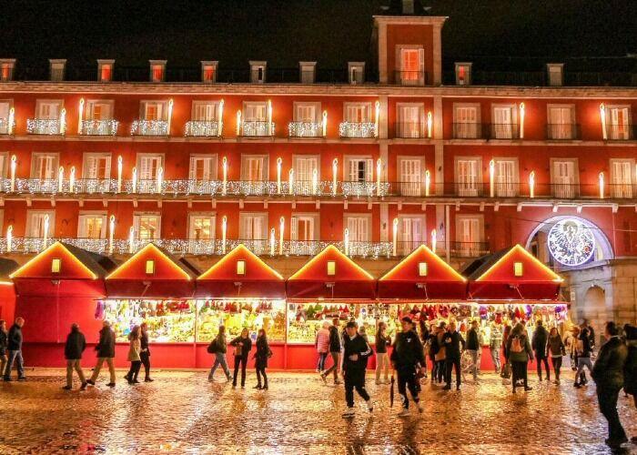 Decenas de puestos se instalan cada año para el Mercado Navideño de Madrid en Plaza Mayor
