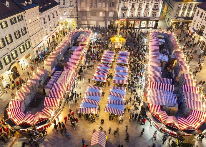Decenas de puestos se instalan durante los Mercados Navideños de Bratislava
