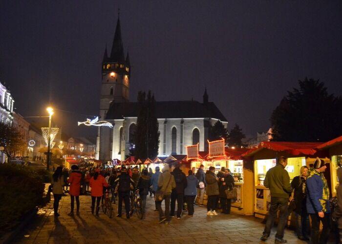 Decenas de puestos y quioscos se instalan durante el Mercado Navideño de Prešov