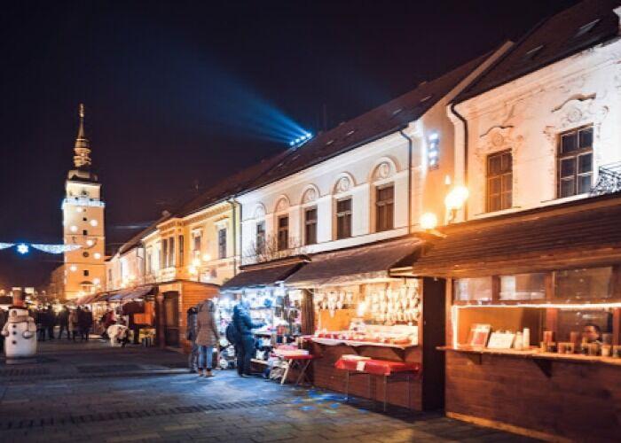 Decenas de puestos y quioscos se instalan durante el Mercado Navideño de Trnava