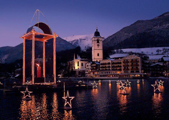 El Lago Wolfgang se llena de luces y decoraciones para celebrar el Mercado Navideño