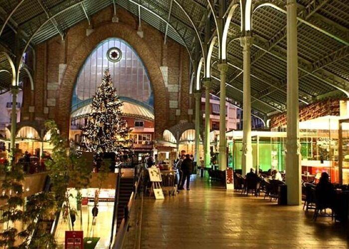 El Mercat Central se llena de árboles y luces para el Mercadillo Navideño de Valencia