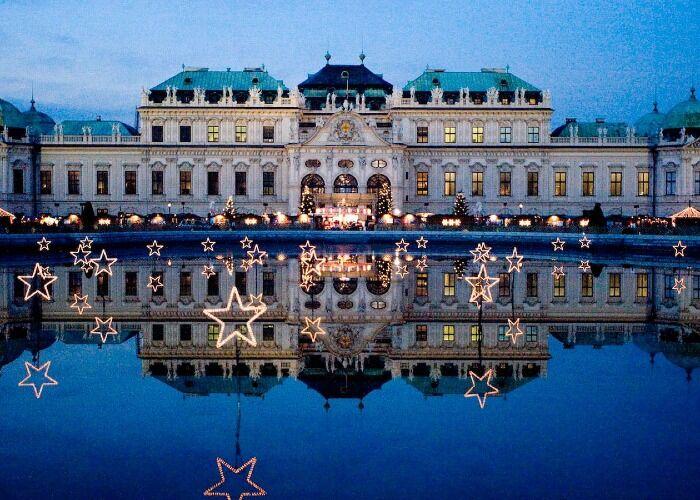 El Palacio Belvedere se decora con estrellas, luces y arboles para recibir la navidad y los mercadillos