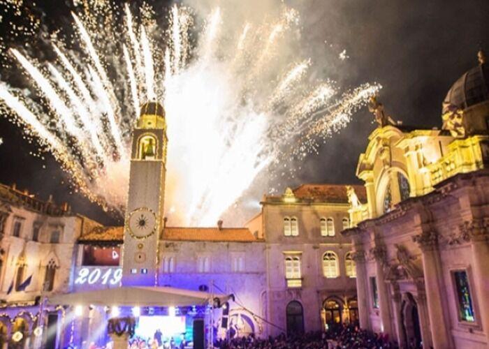 Fuegos artificiales y luces llenan la ciudad de Dubrovnik durante las fiestas decembrinas