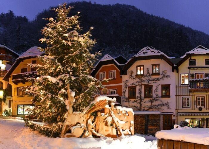 Hallstatt recibe a la ciudad con un blanco y festivo manto de nieve