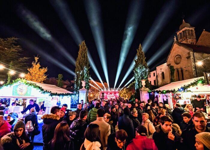 La ciudad de Šibenik se llena de luces para recibir el Mercado Navideño