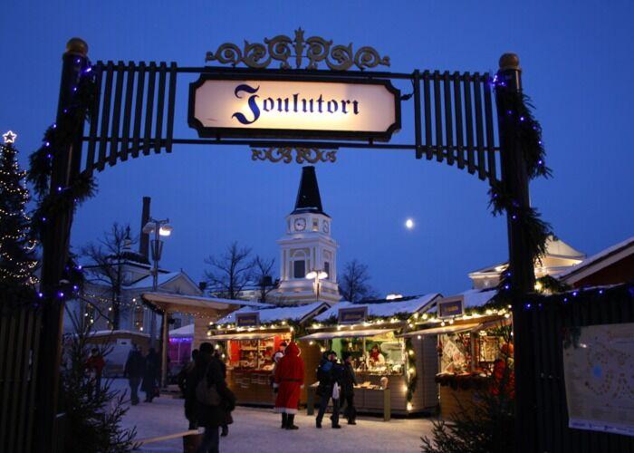 La ciudad se llena de adornos para recibir la navidad y el Mercado Navideño de Tampere, Finlandia
