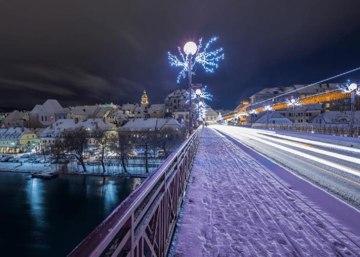 Las calles de Máribor se cubren con un manto blanco de nieve para anunciar la navidad