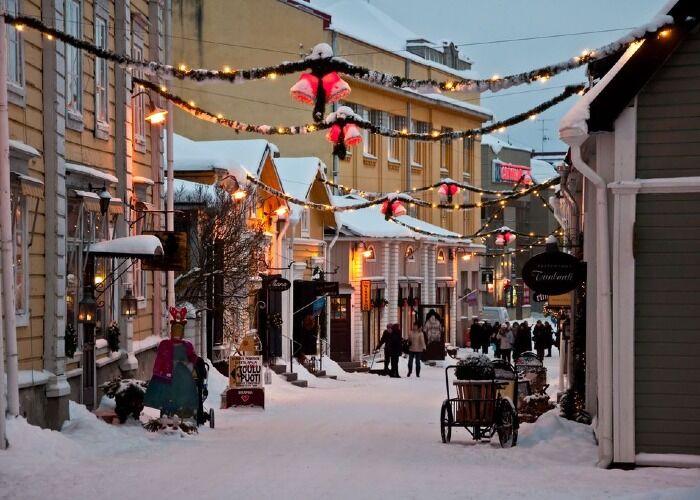 Las calles se llenan de luces y adornos para recibir el Mercado Navideño del Casco Antiguo de Porvoo