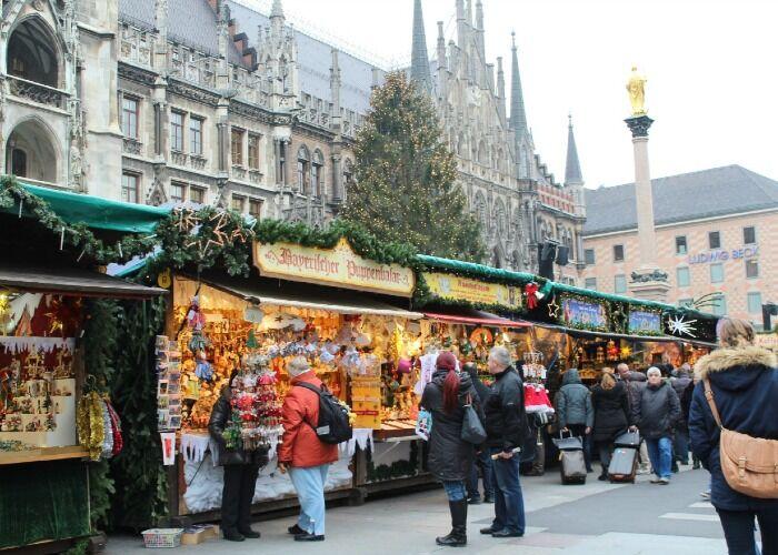Las personas acuden al Mercado Navideño de Múnich para comprar artesanías y souvenirs