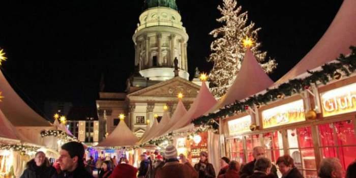 Las personas recorren las decenas de quioscos navideños en el Mercado de Navidad de Lucía