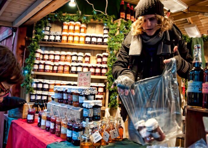 Las personas salen a comprar a los quioscos del Mercado Navideño en Estocolmo