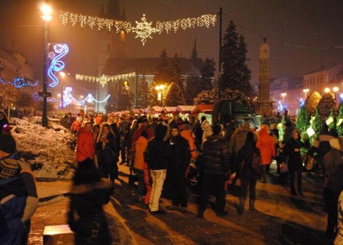 Las personas salen a las calles a festejar durante el Mercado Navideño de Prešov
