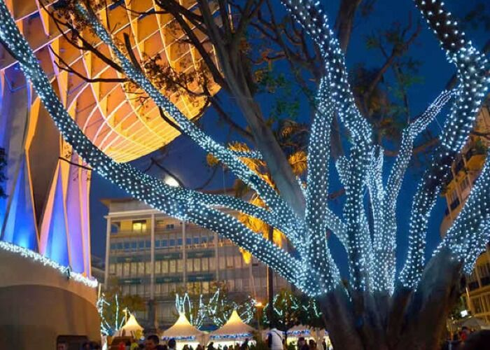 Luces, fuegos artificiales y adornos llenan la ciudad de Sevilla durante las fiestas decembrinas