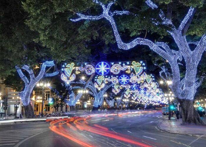 Málaga se viste de luces para recibir las navidades y los Mercados Navideño