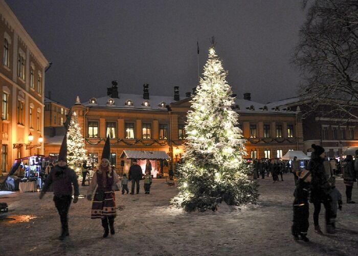 Miles de adornos y luces llenan la ciudad de Turku durante las navidades