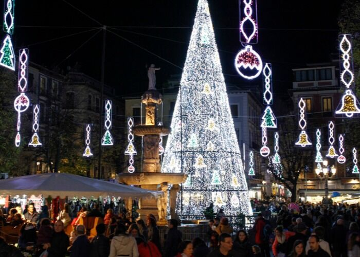 Miles de luces alumbran las calles de Granada durante la navidad