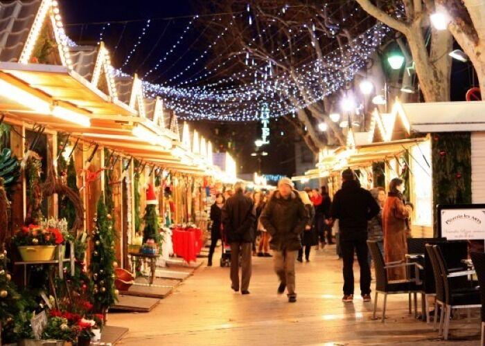Miles de personas asisten todos los años al Mercado Navideño de Les Halles en París