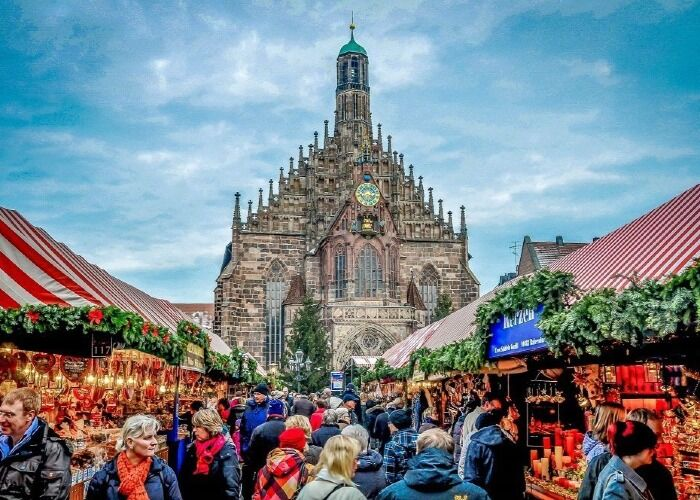 Miles de personas recorren los quioscos en busca de bebidas, comidas o souvenirs en la ciudad de Núremberg
