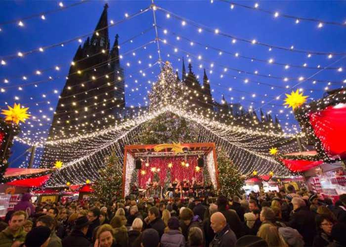Miles de personas se acercan al mercado Navideño de Colonia para comprar todo tipo de productos