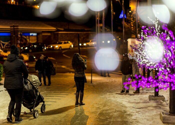 Las personas recorren las calles durante el mes de diciembre para recibir la navidad