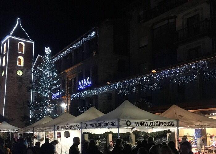 Ordino luce miles de colores y luces para recibir el Mercado Navideño