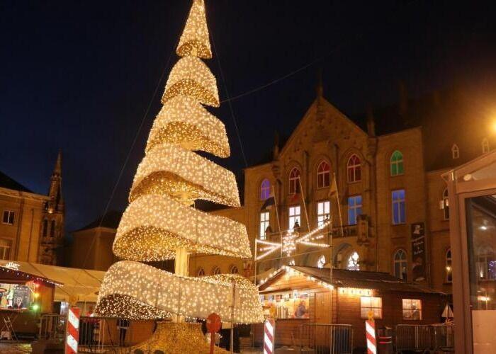 Toda la ciudad de Arlon se decora con luces y árboles durante el Mercado Navideño