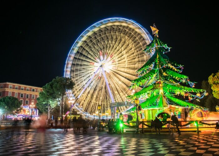 Toda la ciudad se llena de colores, adornos y árboles para celebrar el Mercado Navideño de Niza