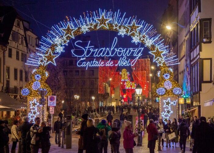 Todo el mundo sale a las calles para formar parte del maravilloso Mercado Navideño de Estrasburgo