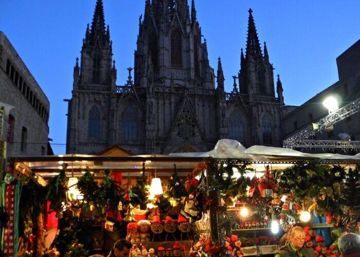 Todo el mundo sale a las calles para participar en el Mercado Navideño de Santa Lucía