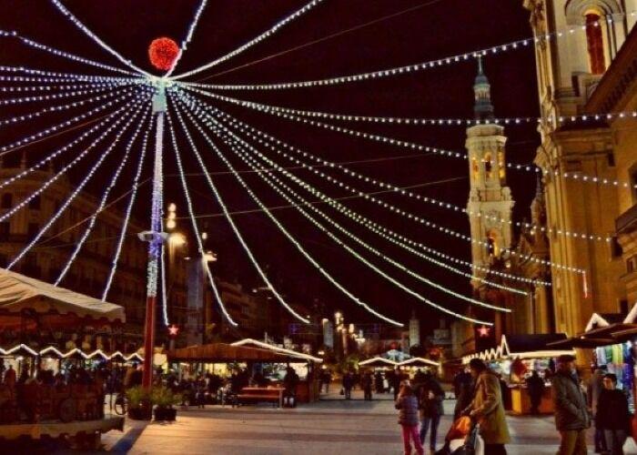 Zaragoza se llena de luces y estrellas para recibir el Mercadillo Navideño