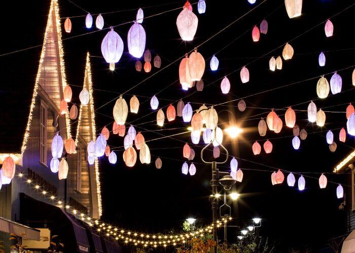 Bicester se llena de miles de colores y luces para celebrar las fiestas decembrinas y los mercados navideños