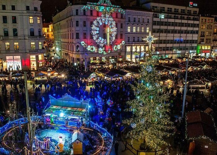 Brno se llena de adornos, luces y árboles de navidad para los Mercados Navideños