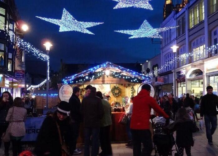 Cardiff se llena de luces, adornos y árboles de navidad para recibir las fiestas decembrinas y los mercadillos