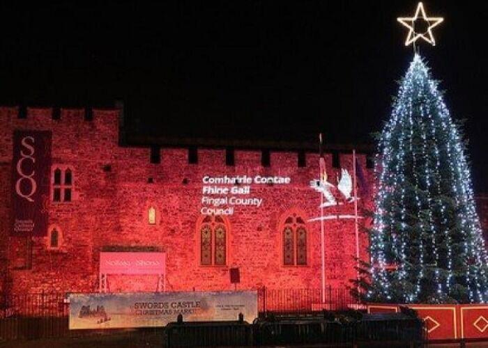 Castillo de Swords se llena de luces y adornos durante el Mercado Navideño
