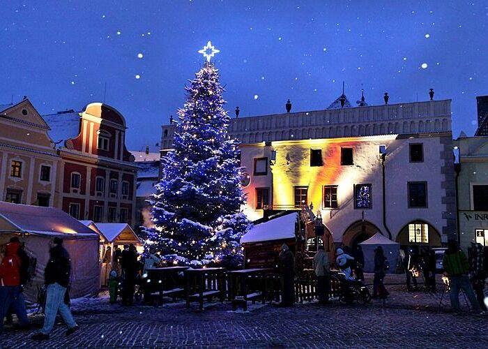 Cesky Krumlov se llena de luces, adornos y colores para celebrar las navidades
