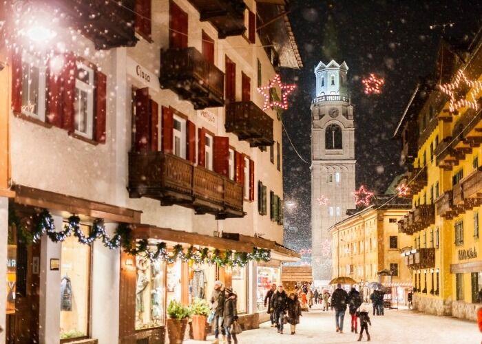 Cortina d'Ampezzo se llena de luces y adornos para recibir las navidades