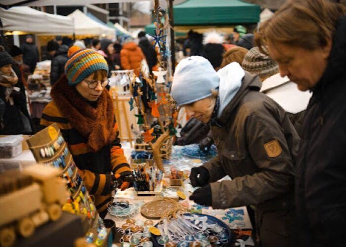 Decenas de puestos se instalan cada año en la Feria Navideña de Kalnciema en Riga para comprar todo tipo de productos