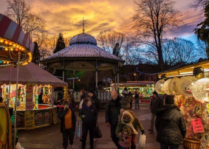 Decenas de puestos venden todo tipo de regalos, comida, ropa y adornos en el Mercado Navideño de Bakewell