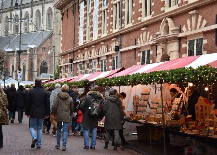 Decenas de quioscos se instalan cada año en Haarlem para las navidades