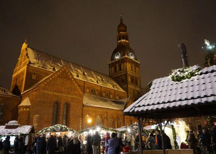 Decenas de toldos y quioscos se instalan en Riga durante el Mercado Navideño de Plaza de la Catedral