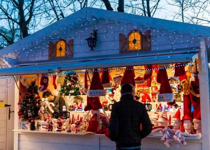 Decenas de toldos y quioscos venden obsequios y adornos en el Mercado Navideño de Saint-Germain-des-Prés en París