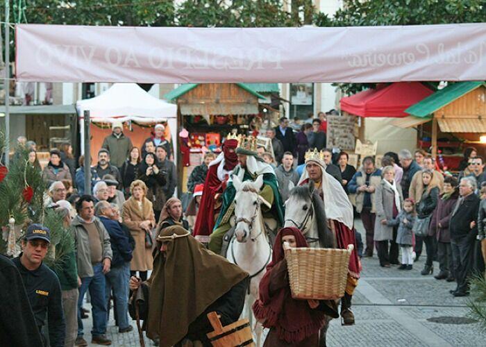 Durante el Mercado Navideño de Vila Nova de Cerveira, se realizan presentaciones y desfiles navideños